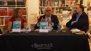 De izquierda a derecha, Emma Riverola, Carlos García Delgado y Sergio Vila San Juan,en la presentación del libro 'Queridos catalanes'.