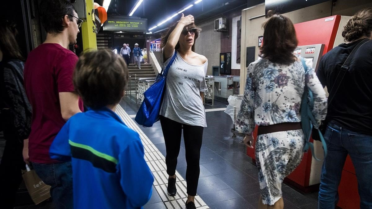 Usuarios en la estación de metro de Girona, una de las ventosas.