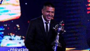 Riquelme, el 17 de diciembre del 2019, recibiendo una réplica de la Copa Libertadores.