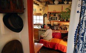 Maite, vecina de la Rambla amenazada de desahucio, en su casa.