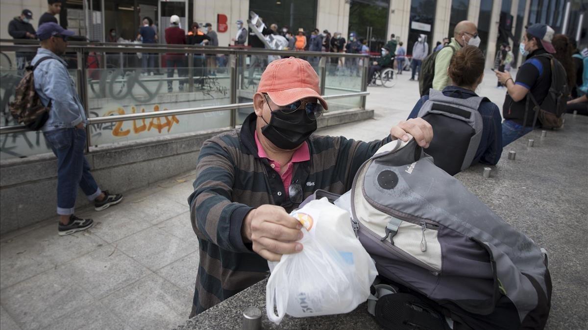 Colas de usuarios en un banco de alimentos de Barcelona durante el pasado estado de alarma.
