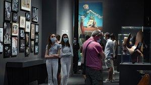 Visitantes en la exposición sobre surrealismo y diseño en CaixaForum, este lunes, día de la reapertura del museo.