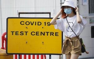Una mujer con mascarilla en Londres. Los contagios porcovid-19 están subiendo en Inglaterra.