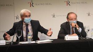 El director general del Teatro Real,Ignacio Garcia-Belenguer (izquierda)y el presidente del patronato,Gregorio Marañón, el lunes, aclarando lo ocurrido en la ópera de Madrid.