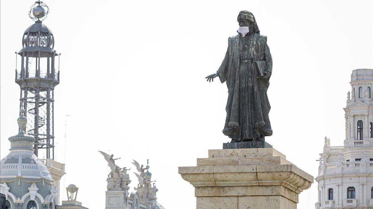 El monumento a Francesc de Vinatea en la plaza del Ayuntamiento de València, también protegido