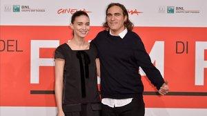 Rooney Mara y Joaquin Phoenix, en el 'photocall' de la película 'Her' (2013), en cuyo rodaje se conocieron.
