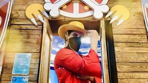 Un cosplayer de Luffy, protagonista de 'One Piece', el manga más vendido de la historia, da la bienvenida a Luffy's Shop