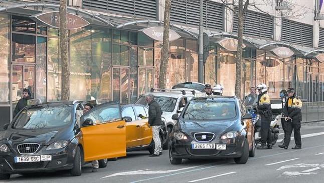 La Urbana interviene en una discusión entre taxistas frente a un hotel de la zona del Fòrum, el miércoles pasado.