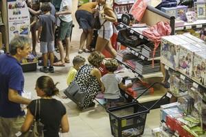 Compra de material escolar en el Abacus de la calle de Còrsega.