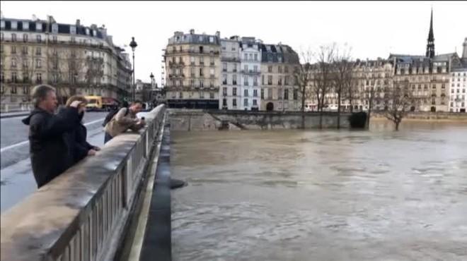 Lexèrcit es mobilitza a París després del desbordament del riu Sena