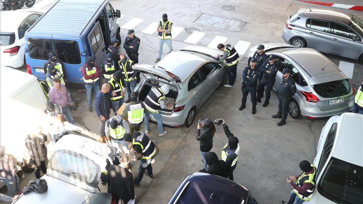 La Policía Nacional impide a los Mossos quemar documentos en la incineradora de Sant Adrià, el 26 de octubre pasado.