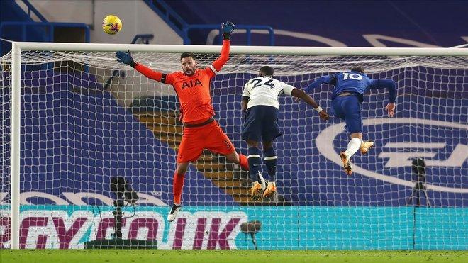 El Tottenham escapa vivo y líder de Stamford Bridge