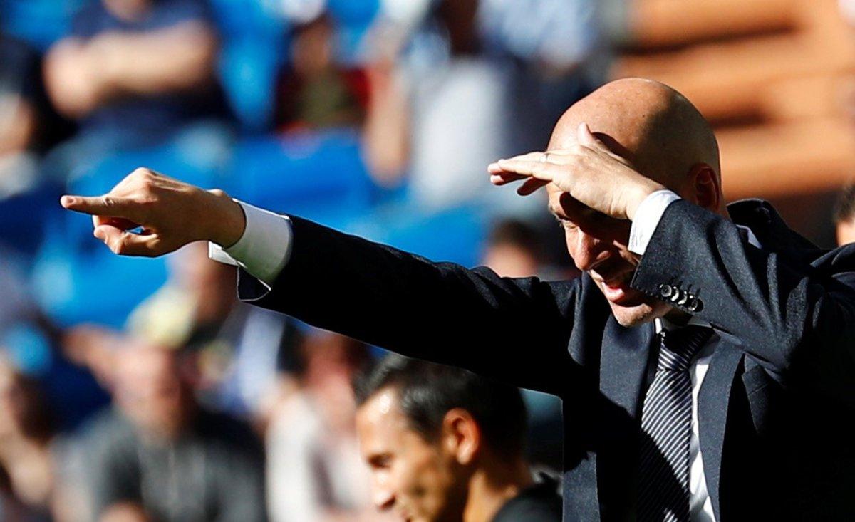 Zidane da órdenes desde el banquillo durante un partido del Madrid.