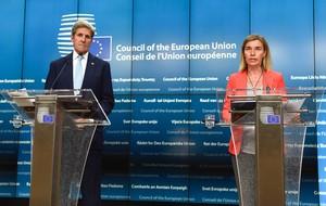 La jefa de la diplomacia europea,Federica Mogherini, y el secretario de Estado de EEUU,John Kerry, esta mañana en Bruselas.