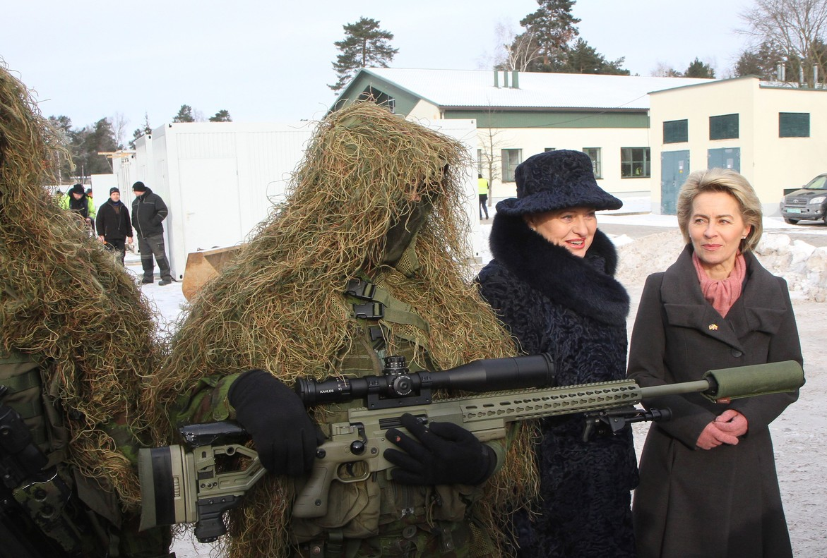 La ministra alemana de Defensa, Ursula von der Leyen (a la derecha), y la presidenta de Lituania, Dalia Grybauskaite, junto a un soldado en la ceremonia de bienvenida a las tropas de la OTAN.