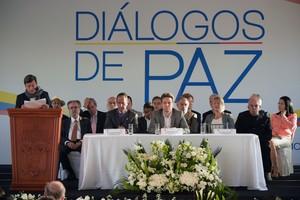 El representante del ELN, Pablo Beltran (a la izquierda), habla junto al miembro del Gobierno de Colombia,Juan Camilo Restrepo.