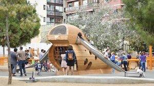 Una gran oreneta, el nou espai de joc singular als jardins de la Indústria