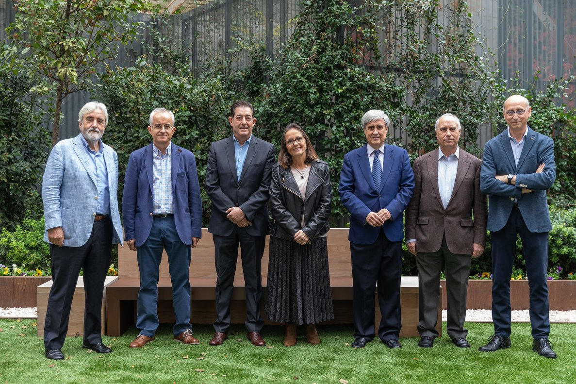 Andreu Palou, Andrés Otero, Luis Pla, María Pilar Vinardell, Juan José Badiola, Arturo Anadón y Daniel Ramón, en la sede de Madrid de Prensa Ibérica.