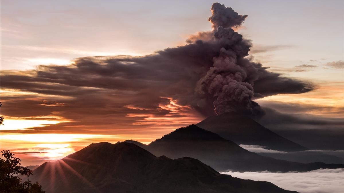 abertran41087395 mount agung volcano is seen spewing smoke and ash in bali i171127130711