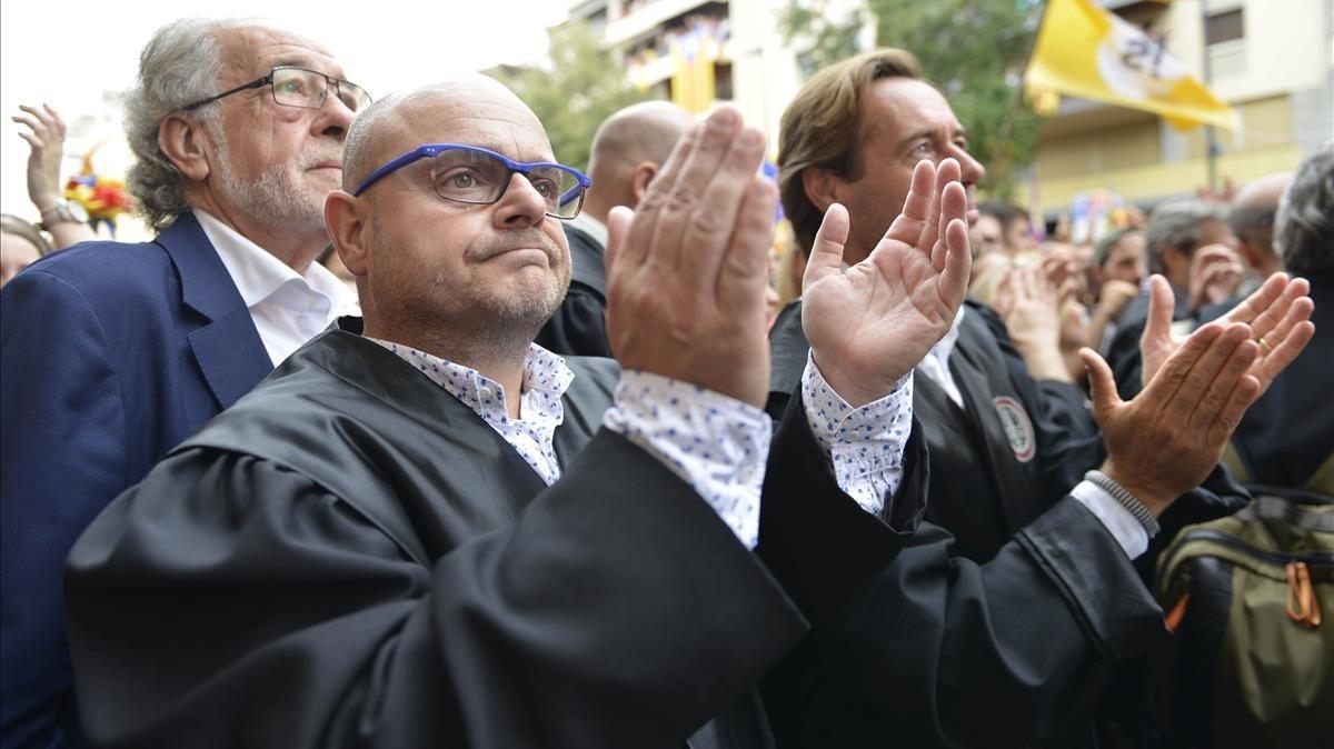 Abogados se manifiestan frente a la sede de la Generalitat en Girona.