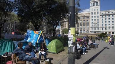 La acampada de sintecho en la plaza de Catalunya amenaza Sant Jordi
