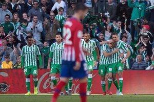 Los jugadores del Betis celebran el gol de Canales al fondo con Morata en primer plano.