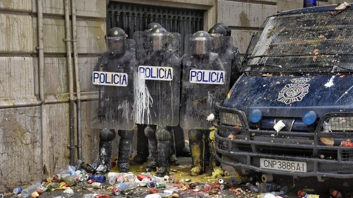El Gobierno retira a 1.400 antidisturbios de Catalunya