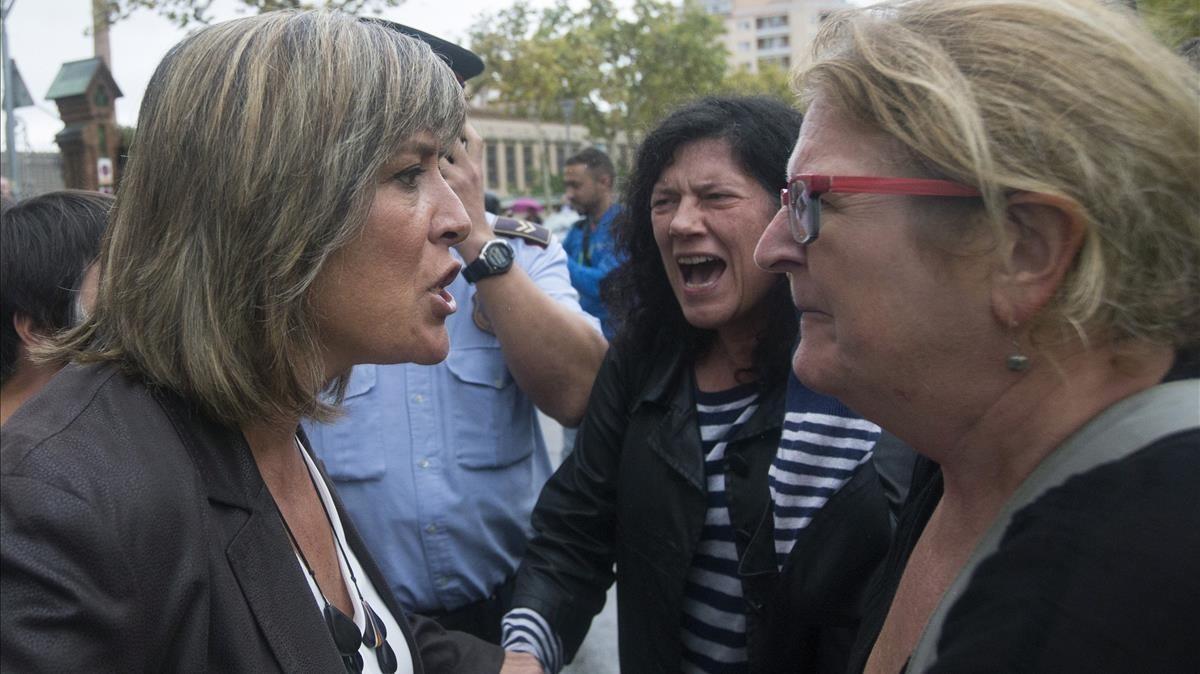 La alcaldesa socialista de L'Hospitalet del Llobregat, Núria Marín, discute con varias personas congregadas a las puertas del Instituto Can Vilumara.