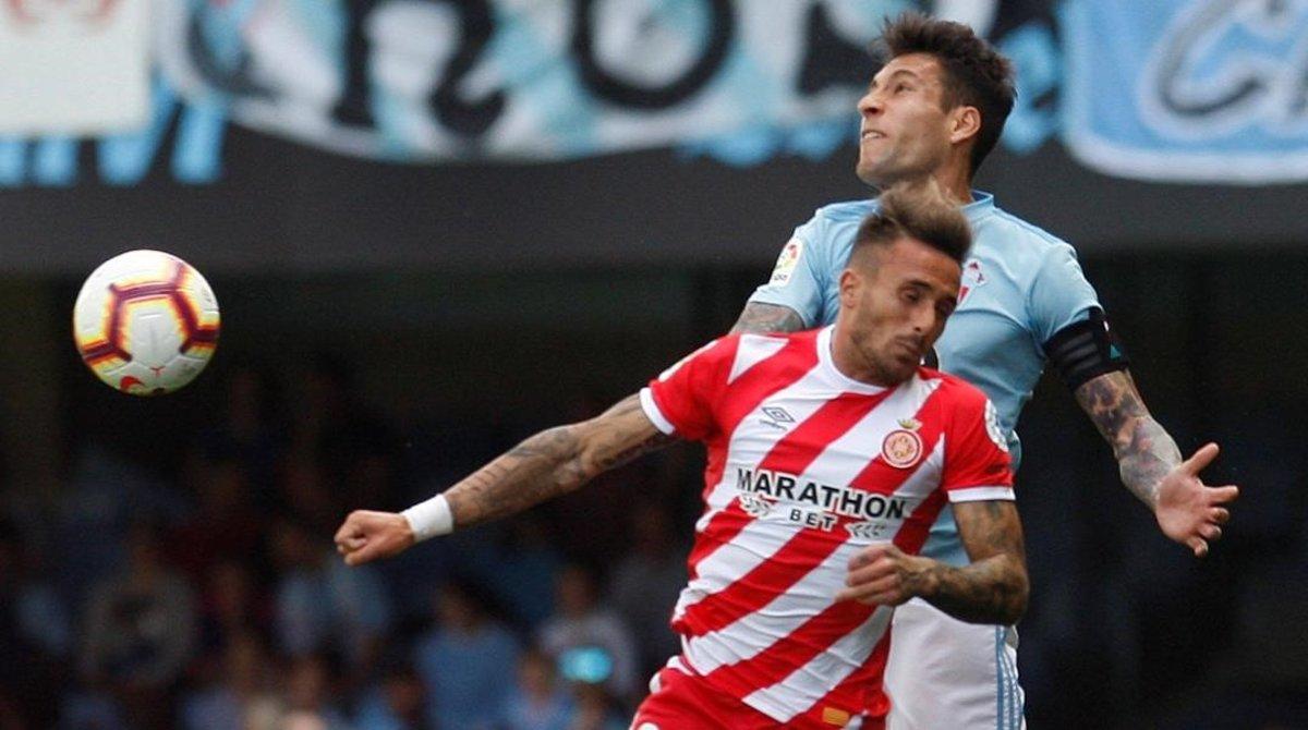Aleix Garcia pugna un balón aéreo con Hugo Mallo.