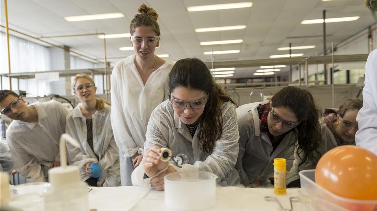Alumnos de química durante un experimento