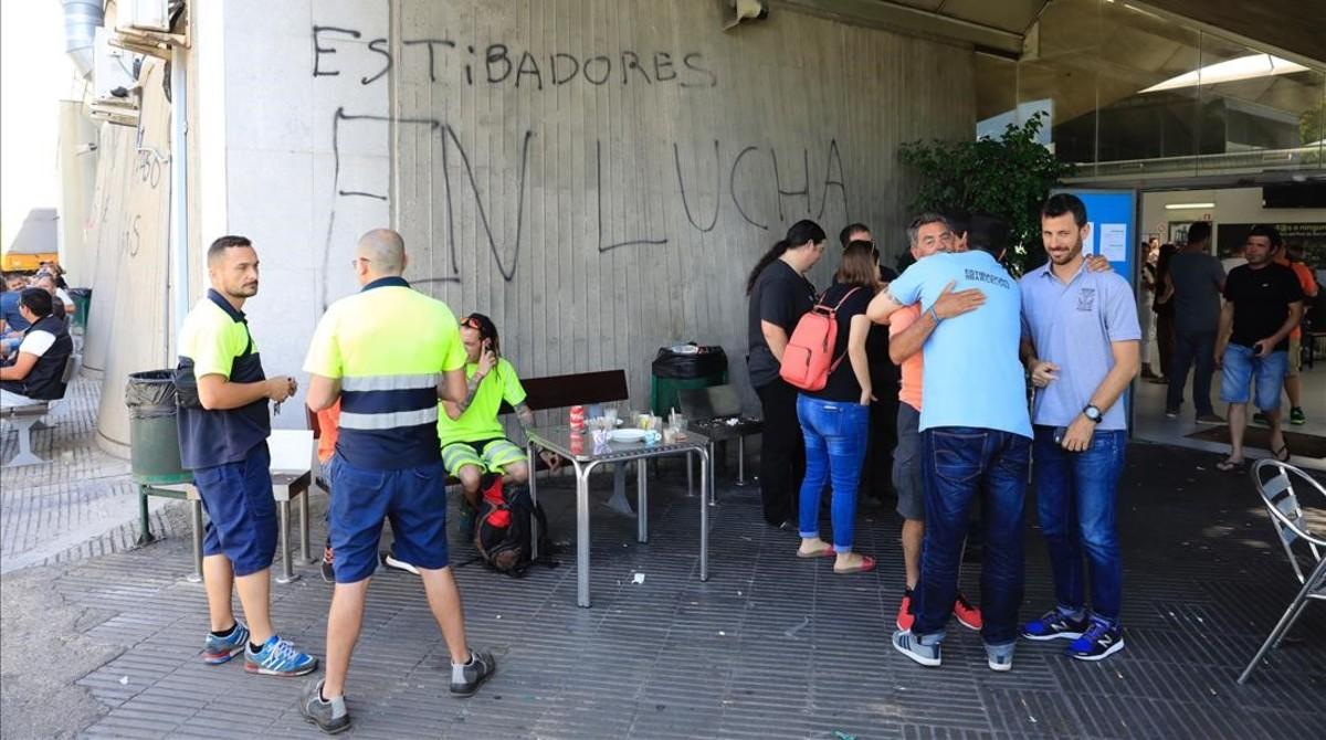 Ambiente en la sede de Estibarna, en el Port de Barcelona, esta mañana.