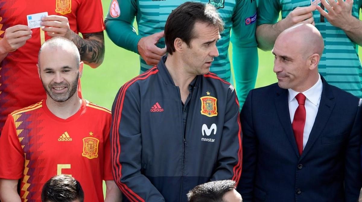 Andrés Iniesta, Julen Lopetegui y Luis Rubiales, en la foto oficial de la selección española de fútbol.