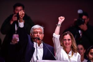 Andrés Manuel López Obrador y su esposa celebran la victoria en las presidenciales de México.