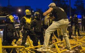 La foto Aniversari Holi, sobre las manifestaciones ante la subdelegación del Gobierno en Girona con motivo del aniversario del 1-O, finalista al Premio Carles Rahola.