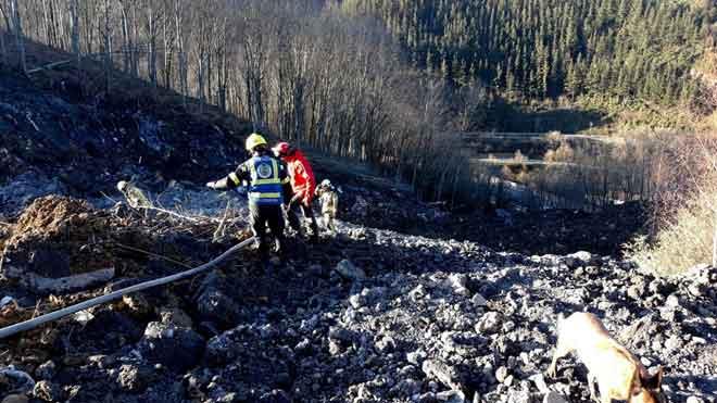 La aparición de amianto paraliza la búsqueda de dos personas sepultadas por un desprendimiento en Zaldibar.