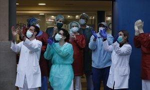 Aplauso de homenaje a los sanitarios en el Hospital Dos de Maig de Barcelona, el 2 de abril.