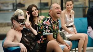 Aramís, El Koala, Miriam Saavedra y Verdeliss en el salón de la casa de GH VIP 6.