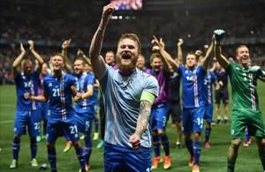 Aron Gunnarsson y sus compañeros de la selección de Islandia celebran la victoria frenta a Inglaterra.