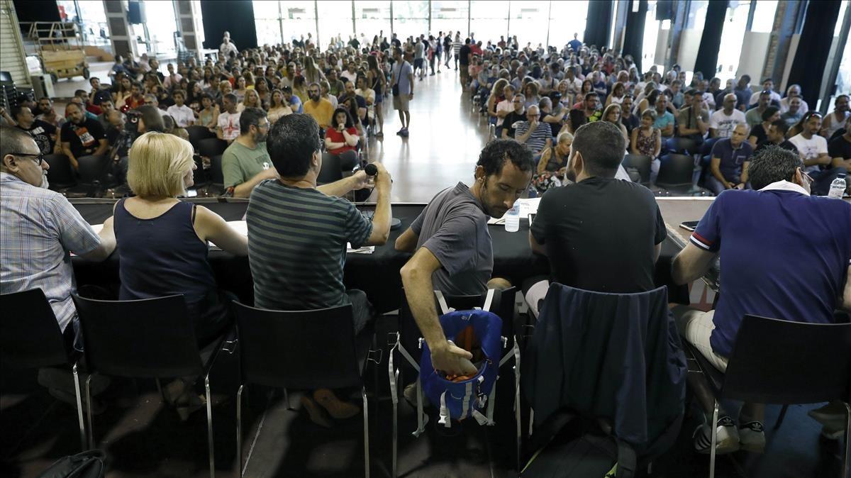 Asamblea de trabajadores del metro, esta mañana, en Barcelona.