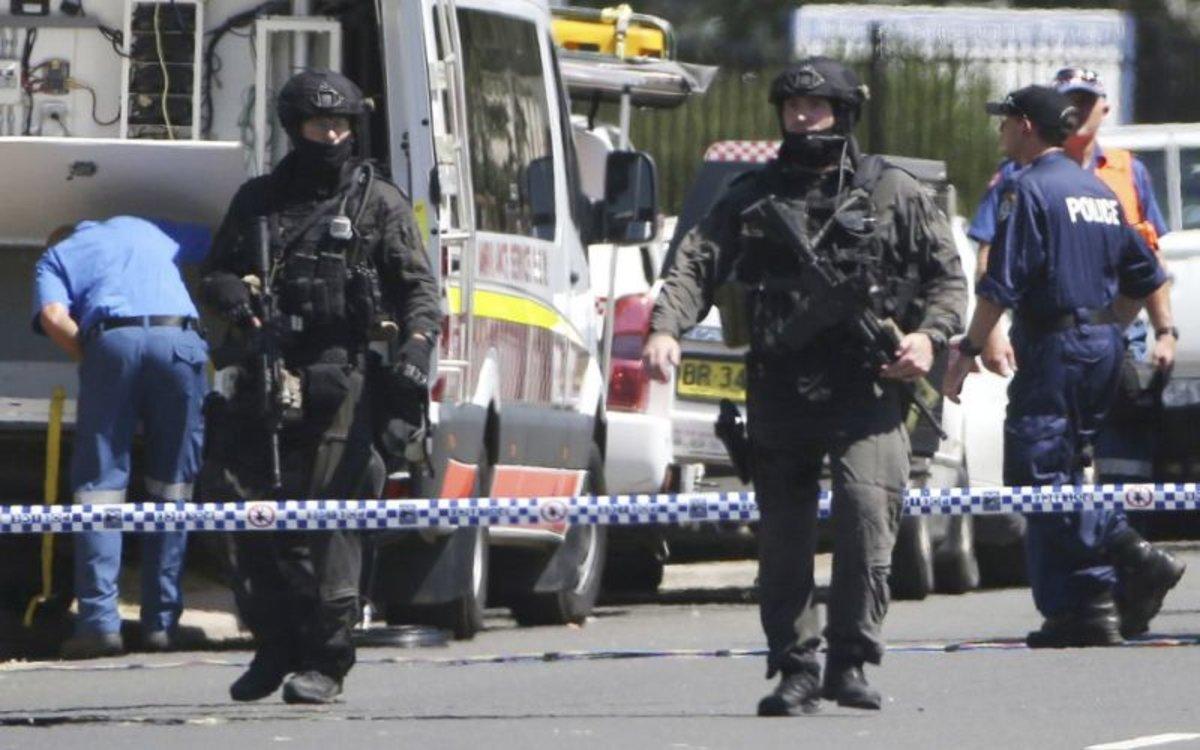 La policía en Australia controla la escena de un tiroteo.