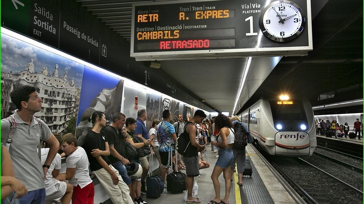 Colas en la estacion de Renfe de Passeigde Gràcia.