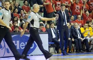 Bartzokas pide explicaciones a los árbitros en el partido de Murcia