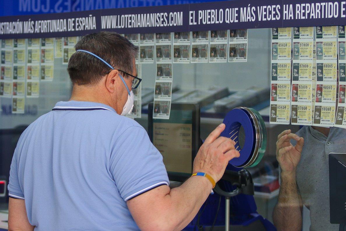 Un hombre compra en una administración en Manises, esta semana, cuando ya se podía apostar al EuroMillones y La Primitiva.