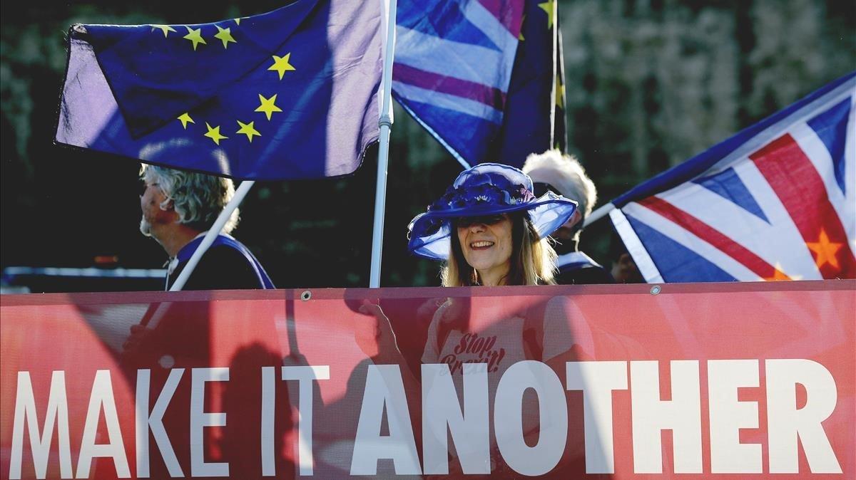Manifestantes en contra del 'brexit' junto al Parlamento británico en Londres.