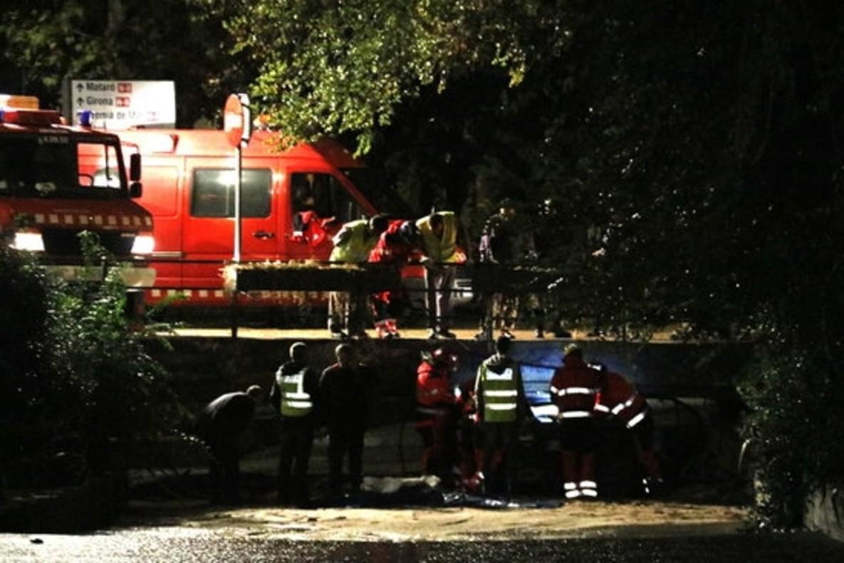 Los equipos de emergencia trabajan en la riera de Cabrils, a la altura de Vilassar de Mar, para rescatar el cuerpo del hombre que perdió la vida en la noche del miércoles.