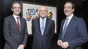 De izquierda a derecha, Jordi Gual,IsidroFainéy Gonzalo Gortázar.