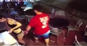 La valenta reacció d'una cambrera quan un home li toca el cul