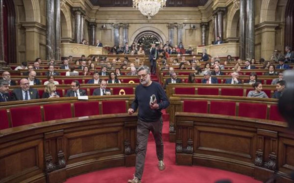 Carles Riera, portavoz de la CUP, abandona el hemiciclo.