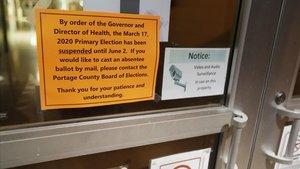 Un cartel avisa del aplazamiento de las primarias demócratas en un colegio electoral de Kent, Ohio, este martes.