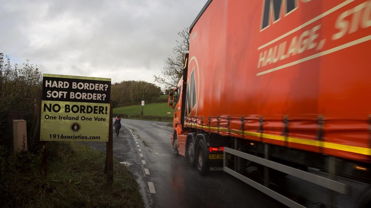 Cartel que reclama que no haya fronteras entre Irlanda e Irlanda del Norte, en el condado de Cavan, en el límite fronterizo entre ambas.